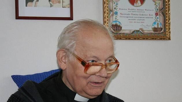 Děkan Ludvík Kus působil na Krnovsku od roku 1983. Svým vzděláním, jazykovým talentem i životními zkušenostmi si získal úctu nejen věřících. Byl několikrát nominován na osobnost Krnova. Zemřel v neděli ve věku 79 let.
