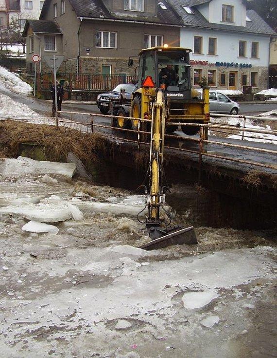 Bagr lámal kry na Černém potoku. Kry se zašprajcovaly pod mosty a hrozilo, že se potok vylije do sídliště Květná.