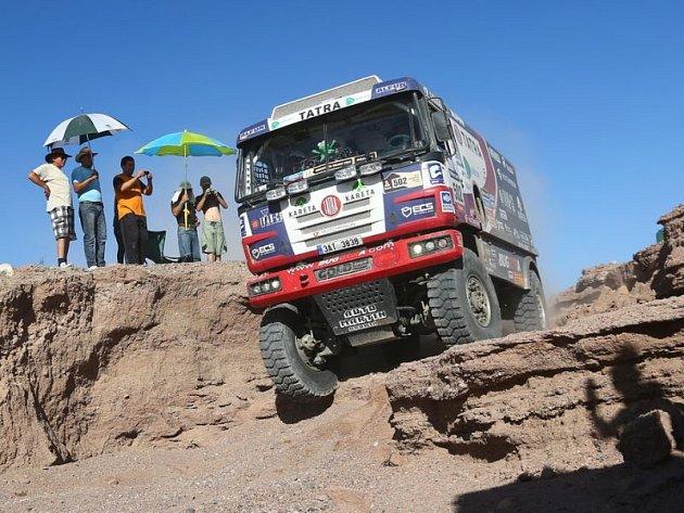 Co ještě potká v Rallye Dakar staroměstského kamionistu Martina Kolomého? V páté etapě u kamionu Fatboy odešel kompresor, kvůli opravě ztratil závodník osm hodin.