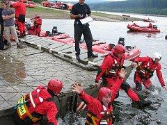 Jednačtyřicet družstev z profesionálních hasičských stanic z kraje, dalších okresů, ale i Velké Británie a Polska se v úterý stalo vodními záchranáři na Slezské Hartě.