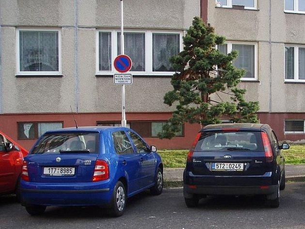 Nedostatek parkovacích míst na některých sídlištích v městech řeší někteří motoristé tak, že zaparkují na místě vyhrazeném pro hasiče. V případě požáru tak mohou zkomplikovat jeho hašení.