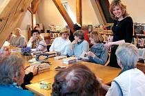 LITERÁRNÍ kavárnu navštěvují hlavně dámy. Jejich debaty nad knihami vždy doprovází zaujaté diskuse i dobrá nálada.