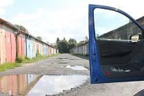 Žádné práce navzdory slibům bruntálská stavební firma u garáží v Chelčického ulici 1. září nezahájila. A ještě pár dnů nezahájí.