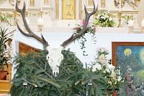 Oltář o svatohubertské mši v kostele v Malé Morávce.