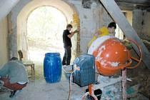 Kostel v Pelhřimovech byl po celá desetiletí volně přístupný. Jeho současný majitel ekologické Hnutí Duha Jeseníky už dokončuje přípravy na usazení nových dveří, aby bylo možné kostel zase zamykat před vandaly a různými nezvanými hosty.
