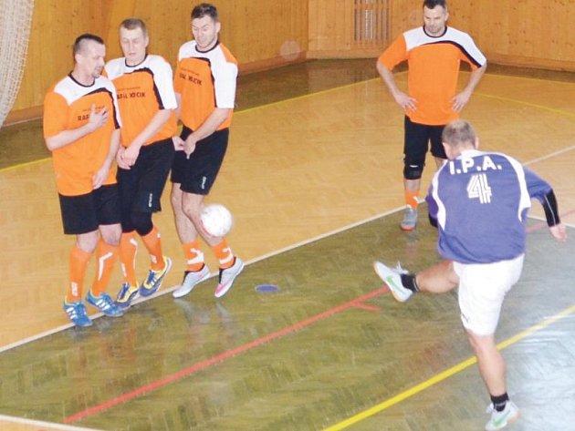 Policisté z Česka, Slovenska a Polska si na mezinárodním turnaji v sálovce ve Městě Albrechticích nic nedarovali.