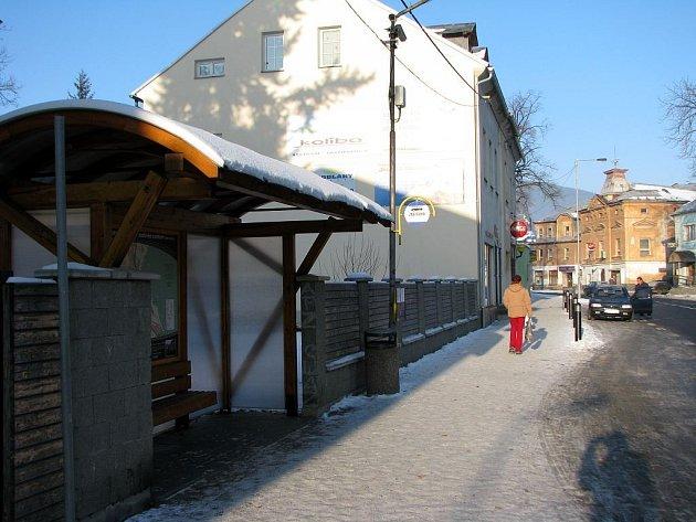 Cestující autobusy si mohou nově prohlížet ve Vrbně pod Pradědem topografické mapky, které radnice umístila na nových zastávkách.