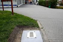 Řidiči místo parkovacích automatů dnes najdou jen betonové podstavce, které na osazení parkovacími automaty teprve čekají.
