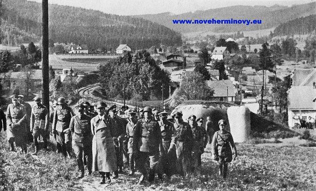 Adolf Hitler triumfálně navštívil bunkry vNových Heřminovech. Podpisem mnichovské dohody získal československé pohraniční opevnění bez jediného výstřelu.
