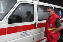 Petr Riedl, majitel zdravotní dopravní služby z Vrbna pod Pradědem, kritizuje systém převozu pacientů. Kvůli němu jezdí jeho sanity nevytížené.