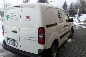 Help-in o obě auta přišel. Zánovní služební vůz Peugeot Partner někdo ukradl.