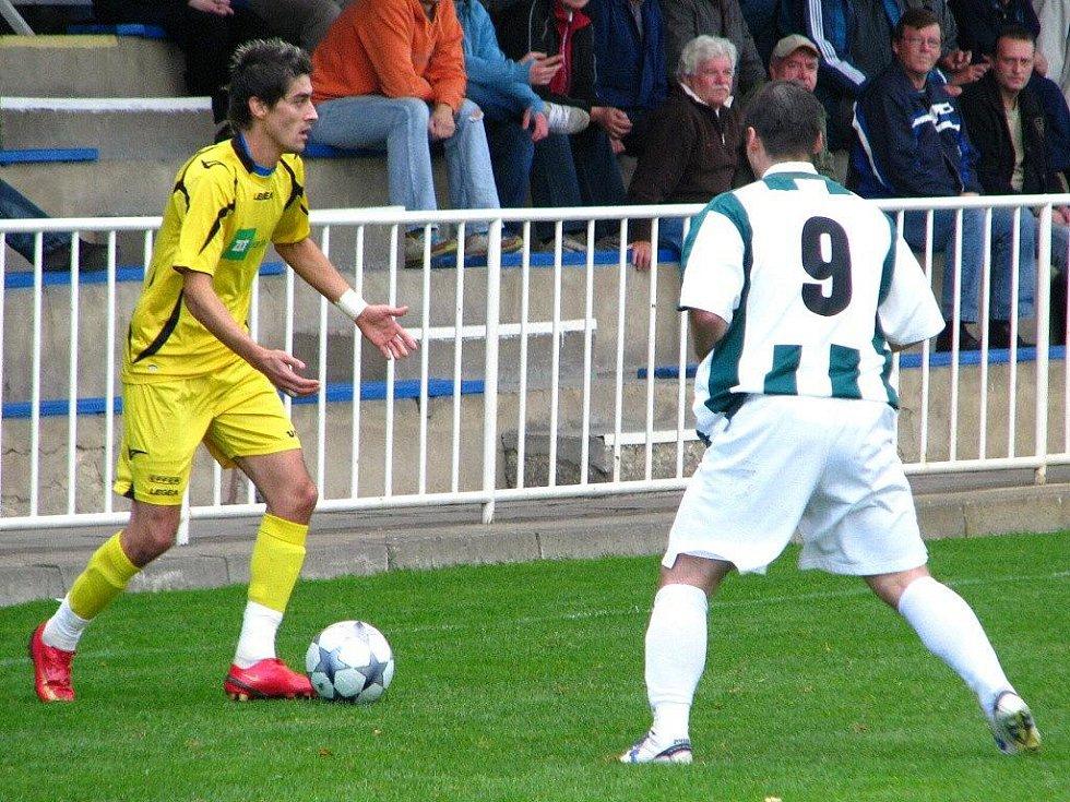 """""""Tak kdo chce míč?"""" jako by říkal Miroslav Daříček (vlevo)."""