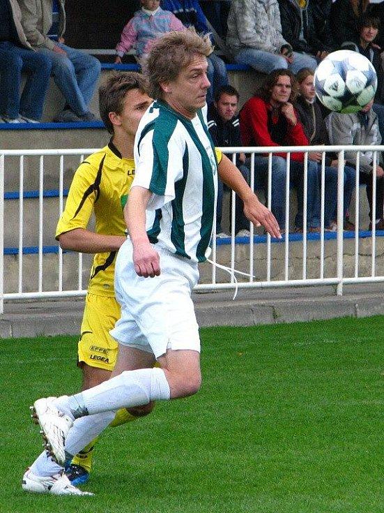 Krnovský fotbalista Martin Sabo (ve žlutém) v souboji.