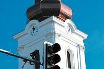 KOSTELEC nabízí zajímavé novinky. Řidiče, kteří přijíždějí od Bruntálu zde vítají nové hodiny a nové věže kostela sv. Benedikta, ale také nový semafor doplněný kamerovým systémem a tlačítkem pro chodce.