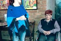 Výtvarnice Hela Nejedlá (vpravo) společně s vedoucí denního stacionáře Slezské diakonie Benjamín Krnov Veronikou Židkovou, která vernisáž moderovala.