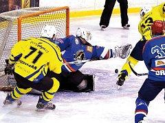 Krnovští hokejisté se několikrát dokázali dostat do zápasu, bohužel jim to na body nestačilo. Na snímku situace, kdy Pavel Michálek skóruje po povedeném blafáku.