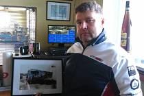 Martin Kolomý se zarámovanou fotografií svého kamionu Fatboy, s nímž letos soutěžil v jihoamerické Rallye Dakar.