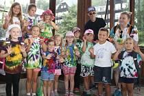 Malí táborníci z Břeclavi se osvěžili během výletu přírodní pramenitou minerální vodou v pitném pavilonu v Karlově Studánce.