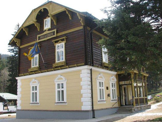 Vila Eugen v Karlově Studánce si zachovává svůj historický vzhled, pokoje jsou ale moderně upraveny.