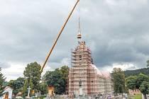 Kopule zátorského kostela je po měsíci opět na svém místě.