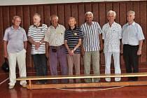 Nejstarší účastníci oslav, bývalí krnovští basketbalisté. Na snímku třetí zprava je nestor krnovské košíkové Zdeněk Gaja.