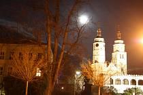 První rozsvícení krnovského kostela se potkalo se zajímavým astronomickým jevem – superúplňkem.