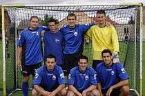 První příčku z Malina Cupu si odnesl tým Rychloťapky, v jehož řadách se představil i krnovský odchovanec a gólman belgického Eupenu Radek Petr (zcela vpravo dole).