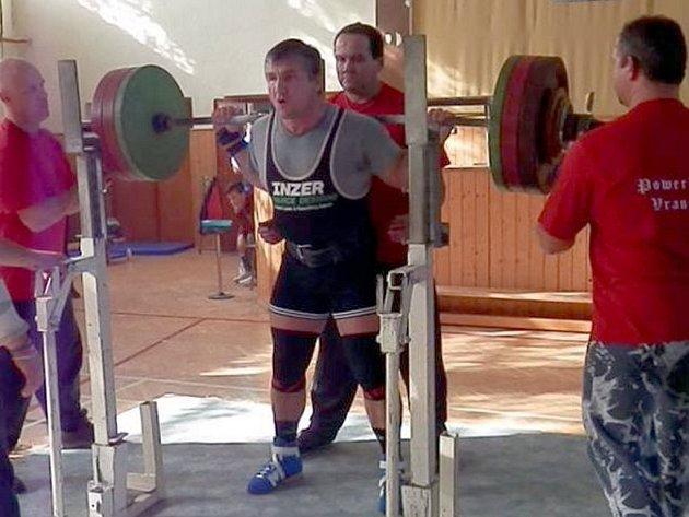 Mistr jižní Moravy v kategorii do sto pěti kilogramů. Milan Greguš z Krnova, který závodí za Sporting APIS Praha, při pokusu ve dřepu.