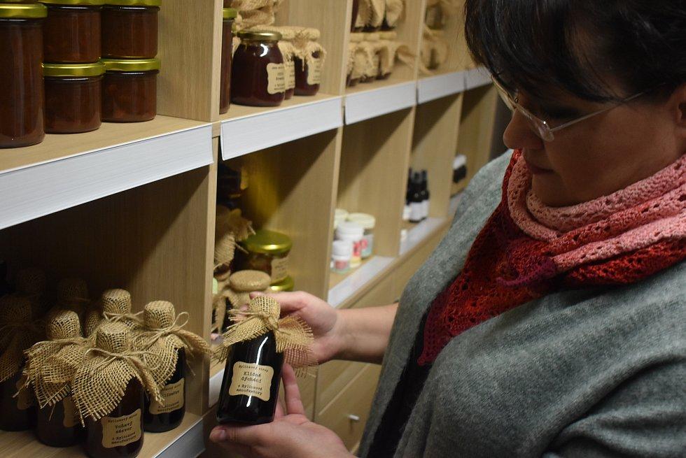 Kateřina Hrabalová v Hlince převzala marmeládovnu Sladké Osoblažsko. Také pokračuje v projektu Bylinková manufaktura a doučuje školáky matematiku.