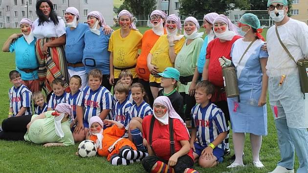 Sněhurka a její trpaslíci vtrhli na světlohorské hřiště na počest úspěšného ukončení sezony fotbalové přípravky v ročníku 2010 až 2011.