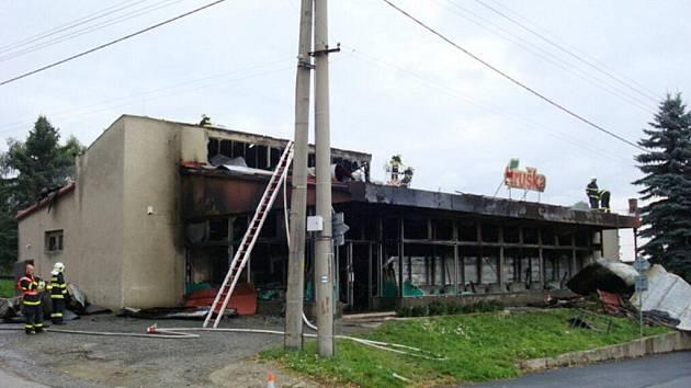 Obchod po požáru. K místu hořícího obchodu musely přijet tři požární jednotky. Zda došlo k požáru kvůli cizímu zavinění není prozatím známo.