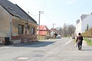 Dva domky ve Dvorcích u silnice z Olomouce na Opavu jsou místním lidem trnem v oku. Jsou neudržované a navíc slouží jako ubytovna. Obyvatelé Dvorců se obávají, že se sem mohou stěhovat problémoví nájemníci.