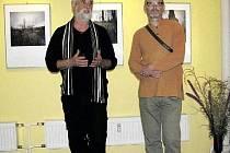 Výstavu Romana Panáčka (vpravo) zahájil jeho profesor Jindřich Štreit.