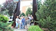 Plastika Otevřená brána německého výtvarníka Herberta Dlouhyho stojí v Rýmařově na místě sochařova rodného domku.