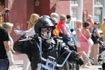 Motorky, motorky a zase motorky, tak vypadalo v sobotu dopoledne bruntálské náměstí, kde si dali sraz motorkáři. Na jejich stroje se přišly podívat stovky lidí.