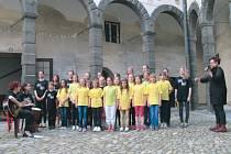 Hornobenešovský soubor Nic Moc vystoupil minulý pátek na Muzejní noci na bruntálském zámku. V sobotu zahájí svým vystoupením charitativní akci na náměstí v Horním Benešově.