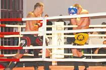 Domácí boxeři a thaiboxeři ukázali výborné výkony, jedním z nich byl i Lukáš Dehner (na snímku vlevo).