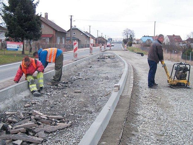 Zpomalovací ostrůvek v Úvalně na příjezdu od Opavy právě dokončují pracovníci firmy Silnice Morava.