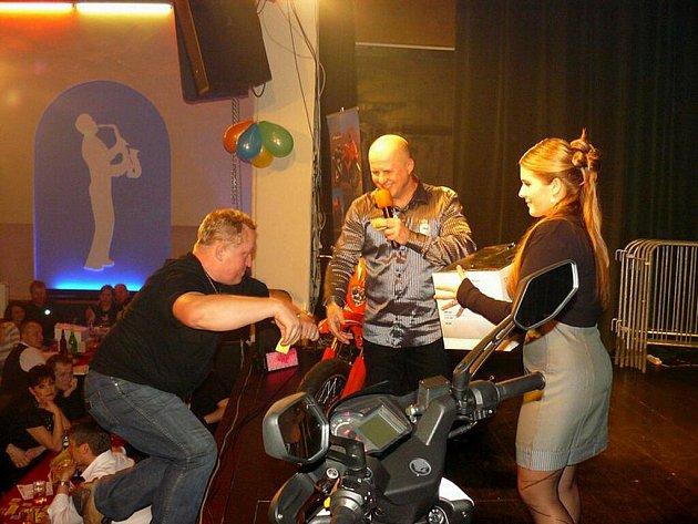 Motorkářský bál v krnovském klubu Kofola se koná už pátým rokem.
