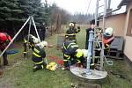 Záchrana zraněného seniora ze studny.
