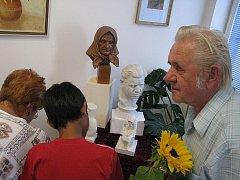Alois Minařík z Vrbna pod Pradědem nad svými plastikami, zpodobňujícími maminku a tatínka. Podobný je vrbenský umělec nadmíru oběma.