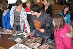 Akce Vstupte, prosím! nabídla dětem bohatou škálu volnočasových aktivit, zájem zejména děvčat sklízel stánek tatérky s tetovaními.