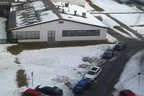 Na začátku března začal tát sníh, a hned bylo jasné, kudy vede potrubí společnosti Teplo Bruntál, dodávající do domácností teplo a teplou vodu.