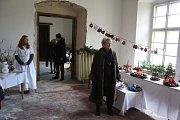 Zámek v Hošťálkovech oživil všechny adventní a vánoční zvyky, jaké u nás byly běžné ještě před sto lety. Na historickou přesnost dohlížela bruntálská památkářka Ľubica Mezerová.