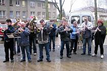 Koncert před nemocnicí. Muzikanti z Dechové hudby Město Albrechtice přišli zahrát Karlu Dospivovi pod okno pár pochodů a popřát brzké uzdravení.