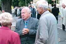 Bohumil Janeček (čelem, druhý zleva) se rád setkával s bývalými studenty z krnovského gymnázia. Na snímku je jako bývalý ředitel na srazu absolventů gymnázia. Zesnul 28. května ve věku 81 let.