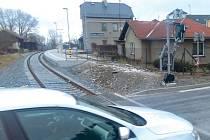 Hlubčická ulice byla ještě nedávno v těchto místech spojena s nádražím Krnov Cvilín. Chodník vedl podél kolejí až k nástupišti. Dnes je zde místo starého chodníku nové oplocení.