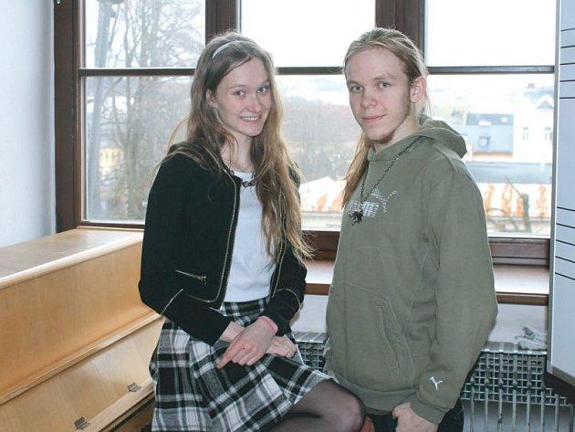 """Dva z organizátorského týmu, Lucie Klimešová a Ondřej Zeman, zvou všechny zájemce do """"Kabaretu"""" ve Společenském domě, kde budou moci zhlédnout vystoupení studentů gymnázia v rámci každoroční akademie."""