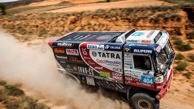 Posádka Tatra Buggyra Racing i přes obtíže ze dvanácté etapy Rallye Hedvábnou stezku nakonec dokončila.