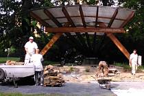 Zpevněná plocha s více než stovkou laviček právě vyrůstá před hudebním pavilonem v bruntálském městském parku.